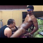 【ゲイ動画】椅子に拘束された筋肉マッチョイケメン黒人を、ぽっちゃり白人がバキュームフェラと手コキで射精誘導!