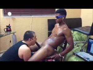 【ゲイ動画ビデオ】椅子に拘束された筋肉マッチョイケメン黒人を、ぽっちゃり白人がバキュームフェラと手コキで射精誘導!