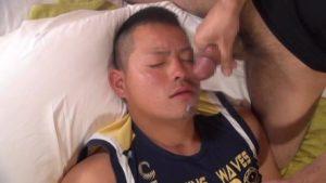 【ゲイ動画】ガチムチマッチョで短髪の見るからにやんちゃ系なガチムチイケメンがゴーグルマンのバキュームフェラと立ちバックデカチン挿入に本気の恍惚顔を見せる!