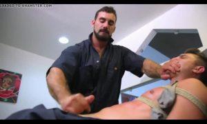 【ゲイ動画ビデオ】つなぎ姿の筋肉イケメンを、同僚のマッチョ中年イケメン外国人がいきなりヘッドロック! 拘束しイマラチオで巨根を喉まで突き立てる!