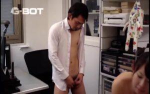 【ゲイ動画】スリ筋イケメンリーマンがオフィスで先輩女性社員に誘惑されてノンケセックスしちゃいました♪