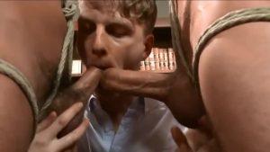【ゲイ動画ビデオ】筋肉イケメンな悪ガキ二人を捕まえてきた中年髭イケメン外国人と助手スリ筋美少年が、彼らを拘束し強制射精!