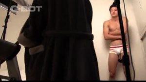 【ゲイ動画ビデオ】筋肉イケメンモデルにノンケセックスをやらせておいて、ちゃっかり彼の巨根を手コキしちゃうイケメンカメラマンwww