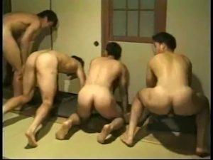 【ゲイ動画ビデオ】体育会系な筋肉マッチョイケメンたちの合宿! 野球拳で盛り上がったり巨根を見せてオナニーしまくったりと生々しい男子の生態がここに!