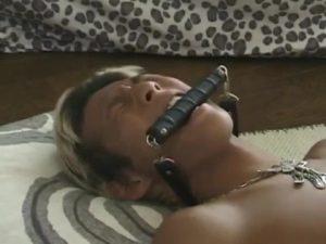 【ゲイ動画ビデオ】色黒EXILE系スジ筋イケメンを薬で眠らせ、妖しい筋肉イケメンたちが巨根を扱いたりアナルに悪戯をする特殊3P展開!
