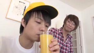 【ゲイ動画】ランドセルが似合うジャニーズ系スリ筋美少年を妖しいお兄さんが自宅に誘い込んで、お菓子を餌にゲイセックスしちゃいます!