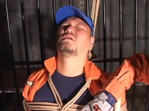 【ゲイ動画ビデオ】アナルレスキュー! 消●士ユニフォーム姿の筋肉マッチョクマ系イケメンが、二人のゼンタイ野郎に拘束され3P輪姦される!