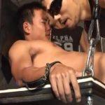 【ゲイ動画】逞しい坊主の筋肉イケメンをケツ掘りブランコに乗せて、タチで有名な筋肉ゴーグルマン二人がガン掘り掘削するハード3P!