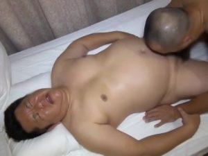 【ゲイ動画】でっぷり中年のぽっちゃりイケメンの肉孔に強面マッチョ兄貴が巨根ヤリ挿入!