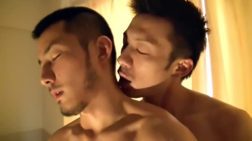 【ゲイ動画】スジ筋髭イケメンのアナルに巨根を入れて、無我夢中で腰を振るスジ筋イケメンの激震ファック!