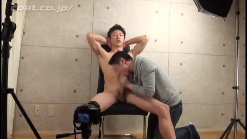 【ゲイ動画】ノンケ素人な筋肉イケメンくん、カメラマンにおだてられて巨根のバキュームフェラと手コキを許しちゃう♪