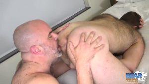 【ゲイ動画ビデオ】完全クマ系なガチムチ中年イケメン外国人同士の濃厚ベアセックスは情熱的♪