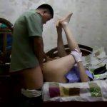 【ゲイ動画】K官っぱいアジア系中年親父が筋肉マッチョイケメンに拘束され、無茶苦茶にデカチンで犯されまくる!