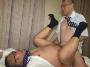 【ゲイ動画】ぽっちゃり系な眼鏡のリーマン中年がベッドの上で巨根に支配されアヘ泣き♪ 親父のゲイセックスは特濃なんです♪