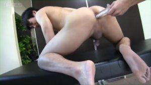 【ゲイ動画】舌戯! ゴーグルマンに腋を執拗に舐められた筋肉イケメン、シックスパックをヒクヒクさせながらケツマンを開きまくる!