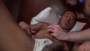 【ゲイ動画】色黒筋肉マッチョイケメン中年リーマン、電マでデカチンを刺激されがらケツ孔をガン打ちピストンされて汗だく悶絶!