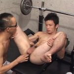 【ゲイ動画】ノンケの筋肉イケメンがスジ筋ゴーグルマン相手にケツマン巨根挿入したりされたりのリバセックスを初体験!
