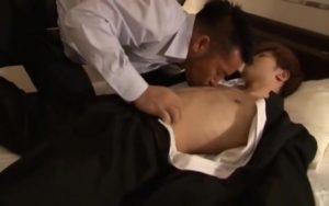 【ゲイ動画】いわゆる「パパ活」か? 筋肉イケメンリーマンの家へとやってきたジャニーズ系スリ筋美少年が、ケツマンに巨根をぶち込まれまくり!