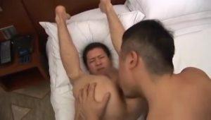 【ゲイ動画】筋肉マッチョイケメン親父の熱烈キス、バキュームフェラ、巨根ガンうちにもスリ筋イケメンは真顔のまま!