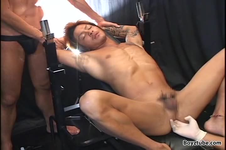 【ゲイ動画】EXILE系スジ筋イケメンのケツマンに巨根をぶっ込んだ筋肉イケメンのケツマンに、ゴーグルマンのデカチンが挿入される数珠つなぎ3P!
