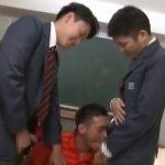 【ゲイ動画】怖い体育会系マッチョ教師だって、二人のやんちゃ系筋肉イケメンDKにサンドイッチ3Pファックされたら牝になるよ!