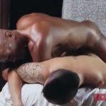 【ゲイ動画】アジア系モヒカン筋肉美少年とマッチョ黒人の濃すぎるパワフルゲイセックス! 黒人の馬並み巨根がズボズボ!