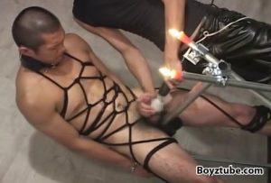 【ゲイ動画】亀甲縛りにしたやんちゃ系坊主筋肉イケメンとスジ筋美少年を二人のご主人様がスパンキング、そして肉奴隷同士掘らせる鬼畜調教!