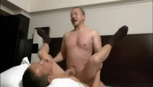 【ゲイ動画】ガチムチマッチョイケメンスーツ親父がスジ筋イケメン中年のアナルをディルドとデカチンでじっくり掘削♪
