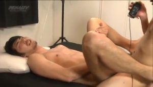 【ゲイ動画ビデオ】21歳には見えない落ち着いた雰囲気の筋肉イケメンが、ゴーグルマンの激震セックスにアヘイキ!