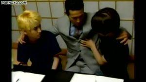 【ゲイ動画ビデオ】ダンディーな中年筋肉イケメン家庭教師のおちんちんが気になった二人のジャニーズ系スリ筋美少年、3Pセックスでその大きさを検証♪