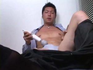 【ゲイ動画ビデオ】ブラインド越しの欲情…筋肉イケメン中年リーマンがオナニーしてたら、となりで見ていた男がバキュームフェラでチンポを吸ったり参戦してきたwww