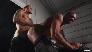 【ゲイ動画ビデオ】マッチョ筋肉イケメン外国人が、スジ筋黒人のケツマンに唾を吐きかけ強烈巨根ファック! ガレージに響く「オーイエーィッ!」