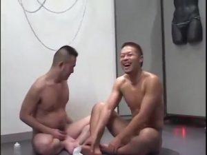 【ゲイ動画ビデオ】超強面な見た目オラオラマッチョイケメンですが、3Pで二本のチンポに攻められたら淫らに腰をくねらせる発情野郎でした!