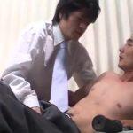 【ゲイ動画】身体を鍛えている筋肉スーツイケメン中年上司に「身体を見せてください」とねだってゲイセックスに持ち込む筋肉美青年の一途な想い!