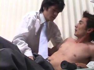 【ゲイ動画ビデオ】身体を鍛えている筋肉スーツイケメン中年上司に「身体を見せてください」とねだってゲイセックスに持ち込む筋肉美青年の一途な想い!