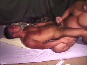 【ゲイ動画】タマキンデカすぎ筋肉マッチョ中年親父がスジ筋イケメンのアナルを掘削調教! 痛そうな表情がリアルすぎる!