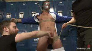 【ゲイ動画】マッチョイケメン外国人の二人に拘束、目隠しされた筋肉イケメン! 逆さに吊られて手コキフェラの拷問を受けて悶絶!