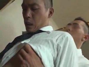 【ゲイ動画】倉庫でオナニーをするスジ筋イケメンサラリーマンが筋肉先輩に見つかって、巨根スーツ着衣セックスになっちゃった!