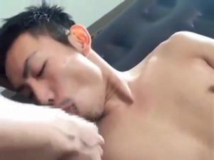【ゲイ動画ビデオ】エアマットの上でスジ筋ゴーグルマンの激しすぎる口唇奉仕を受けた筋肉イケメン、巨根を埋め込まれてガチ煩悶!
