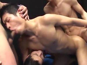 【ゲイ動画ビデオ】スジ筋イケメン同士の濃厚なゲイエッチかと思いきや、二人の筋肉イケメンが乱入してチンポ汁吹き飛ぶ4Pにハッテン!