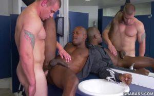 【ゲイ動画】傲慢な筋肉白人イケメン上司のセクハラに耐える黒人マッチョイケメン。しかし上司の行為はエスカレートし、チンポをケツマンに咥えさせる肉奉仕を強要!