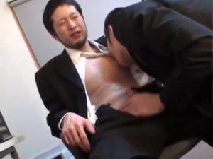 【ゲイ動画ビデオ】残業中にこっそりエロ動画をみてオナニーしていた髭マッチョリーマン、先輩に見つかってお仕置きファックで巨根制裁されちゃうw
