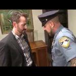 【ゲイ動画】筋肉イケメンマッチョ警官が、スーツ筋肉イケメン外国人のペニスをフェラして巨根をずっぷりアナルにぶち込む着衣セックス!