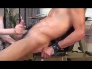 【ゲイ動画ビデオ】巨根を持つ筋肉野郎を椅子に拘束して、ひたすら手コキで虐めちゃうニッチでマニアック過ぎる動画!