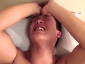 【ゲイ動画ビデオ】乳首がモロ感過ぎるノンケやんちゃ系筋肉イケメン君の巨根をねろねろしゃぶってスケベゴーグルマンがハメ撮り!