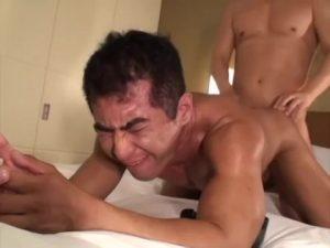 【ゲイ動画ビデオ】ガチムチマッチョな身体をした中年イモ面をゴーグルマンが優しい言葉責めと巨根でずっぷりイカせる!