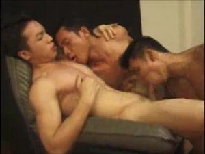 【ゲイ動画】アジア系な筋肉イケメン、美少年たちの濃厚な3P! 巨根を貪り合ってバキュームフェラする姿が圧巻!