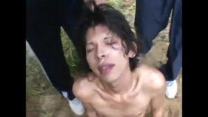 【ゲイ動画ビデオ】森の中に連れ込まれたジャニーズ系スリ筋美少年が、無残なレイプ魔たちに輪姦される青姦ファック! ザーメンで美貌がドロドロに汚される!