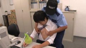 【ゲイ動画ビデオ】オフィス残業している筋肉スーツイケメンノンケは無防備! そこで上司や警備員が、チンポを吸ってケツマンに巨根をぶっすり注入しちゃうんです!
