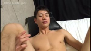 【ゲイ動画ビデオ】責められてちょっと戸惑う筋肉美少年、エロスイッチが入るとトロ顔でおちんちんを美味しそうにしゃぶっちゃう♪